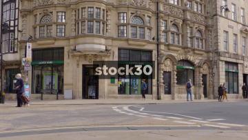 Lloyds Bank On The Corner Of Queen Street And Cornmarket Street In Oxford, UK